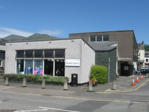 Keswick 's public library with some of England's highest mountains in the background